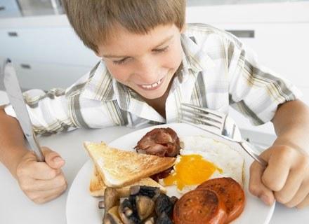 Już kilkumiesięcznego szkraba można i warto uczyć, że jedzenie służy nie tylko zaspokajaniu głodu /© Panthermedia