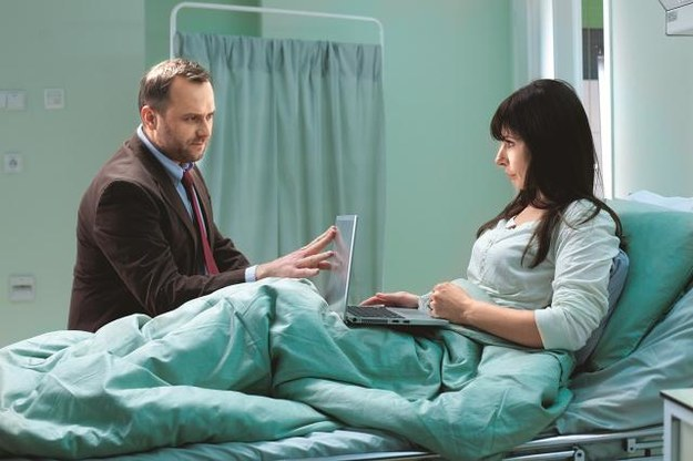Już w 1. odcinku Agata (Agnieszka Dygant) zasłabnie i wyląduje w szpitalu. Marek (Leszek Lichota) natychmiast ją odwiedzi. /Mat. Prasowe