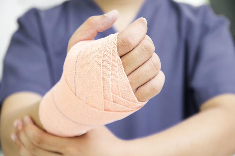 Już wkrótce bandaż sam sprawdzi stan naszej rany /©123RF/PICSEL