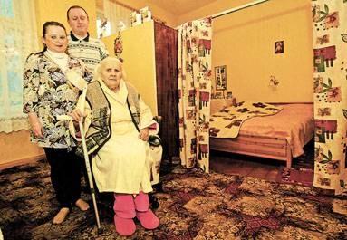K. Otorowska z wnukiem i jego żoną mieszka w jednym pokoju przy ul. Ogrodowej 28 / fot. J. Golański /EchoMiasta_Łódź