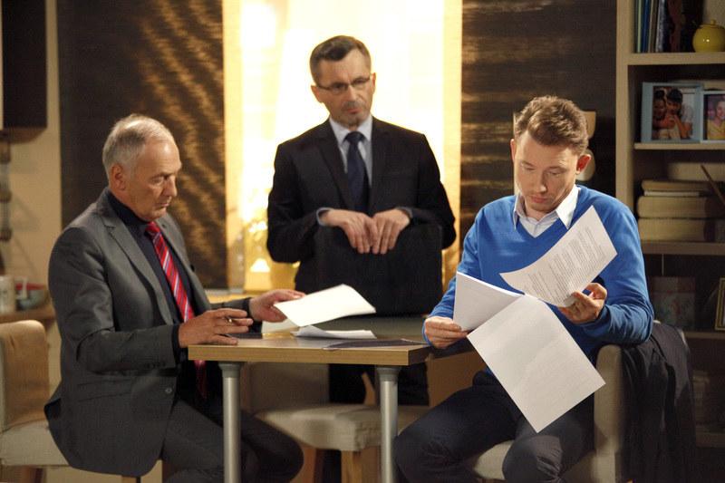 Kaczmarczyk dokładnie studiuje umowę /Łukasz Telus /AKPA