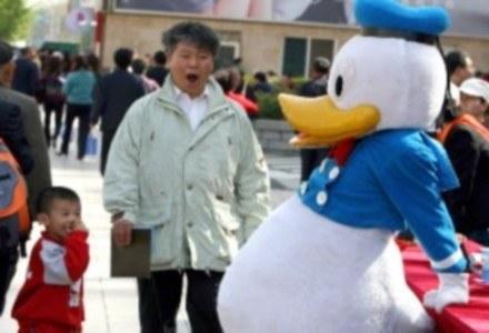 Kaczor Donald traci przez Chińczyków. /AFP