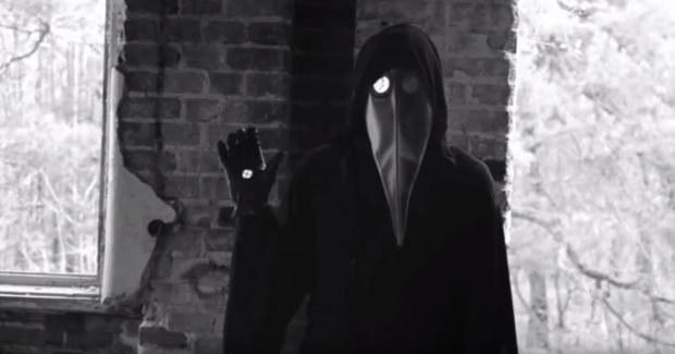 Kadr z filmu. Maska w kształcie dzioba to oczywiste odniesienie do czasów pomoru. Materiał został nakręcony w opuszczonym sanatorium w Otwocku /YouTube