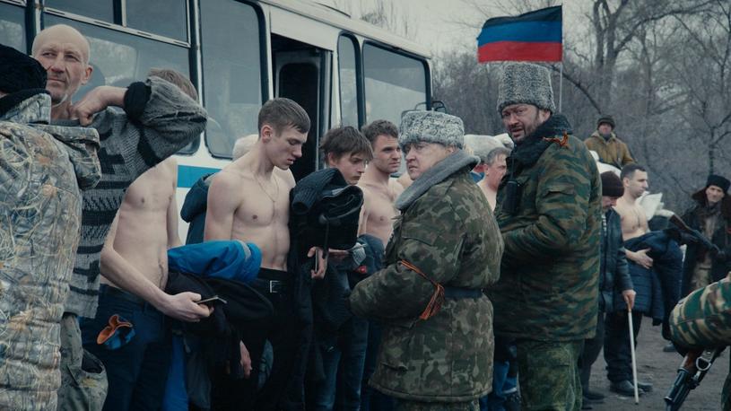 """Kadr z filmu Siergieja Łoźnicy """"Donbas"""" /materiały prasowe"""