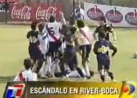 Kadr z fimu pokazującego naganne zachowanie piłkarzy River Plate i Boca Juniors /