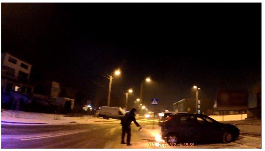 Kadr z nagrania z kamery umieszczonej na policyjnym mundurze /Policja