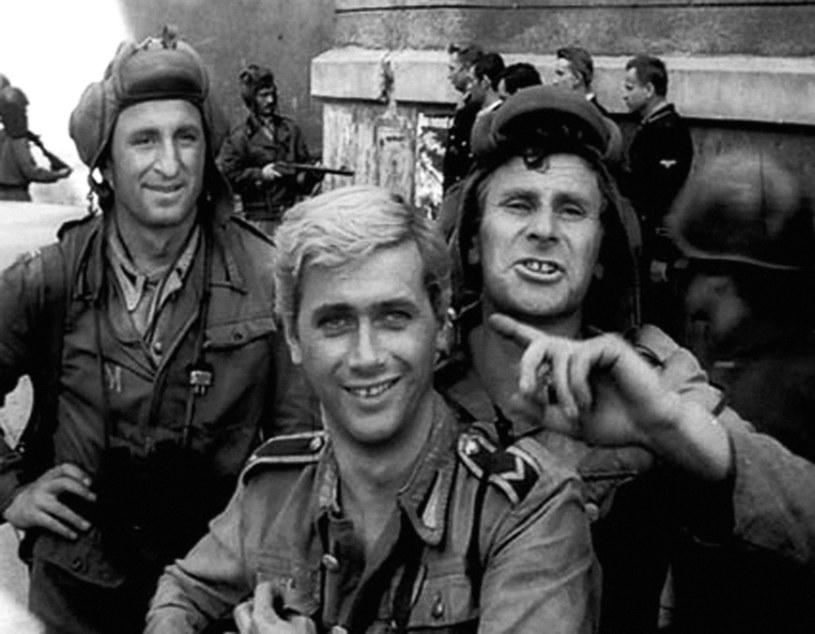 """Kadr z serialu """"Czterej pancerni i pies"""", od lewej: Franciszek Pieczka, Janusz Gajos i Wiesław Gołas /East News"""