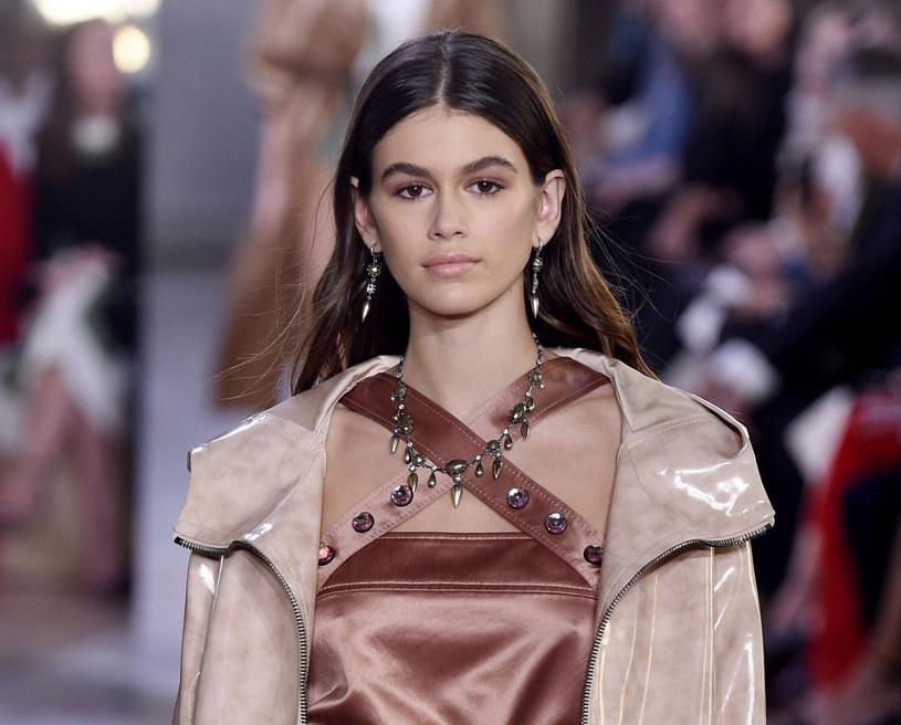 Kaia Gerber do świata mody wkroczyła z impetem kilka lat temu, pozując do sesji zdjęciowej dla Versace /East News