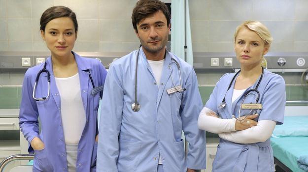 """Kaja Sosnowska, Radosław Osmalak i Anna Nowicka na planie """"Szpitala"""" / fot. Gałązka /AKPA"""