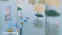 Kajakiem po ulicy. Powódź w Quebecu unieruchomiła samochody