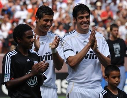 Kaka (pierwszy z prawej, obok Cristiano Ronaldo) stracił szansę na występ przeciwko byłym kolegom /AFP