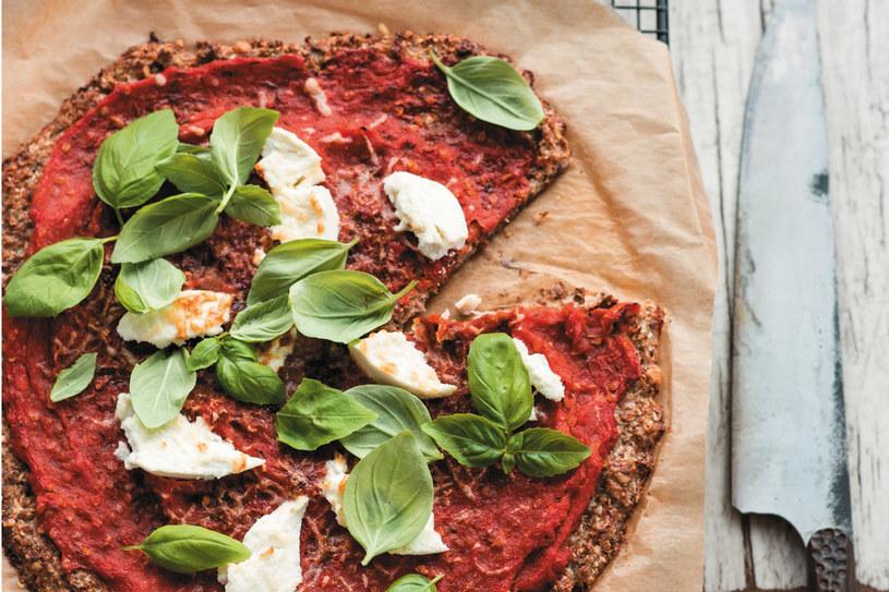 Kalafiorowa pizza z ricottą i sosem z pieczonych pomidorów /materiały prasowe
