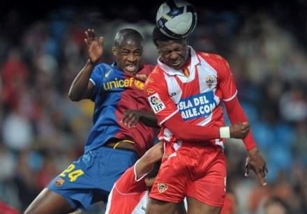 Kalu Uche (z prawej) w główkowym pojedynku z  Yaya Toure. /AFP