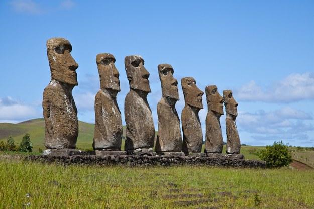 Kamienne posągi - znak rozpoznawczy Wyspy Wielkanocnej /123/RF PICSEL