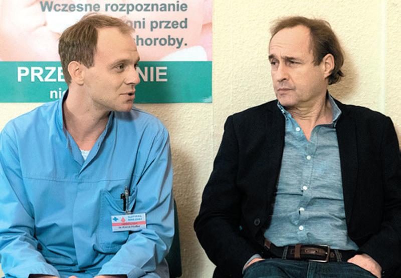Kamil doradzi ordynatorowi, by dogadał się z dyrektor szpitala /Świat Seriali