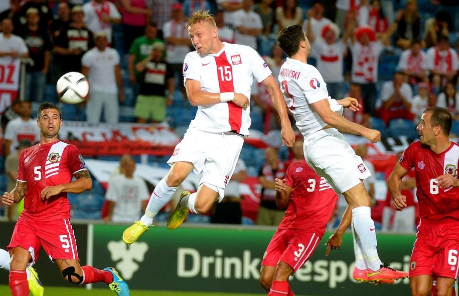 Kamil Glik (po lewej) i Robert Lewandowski w eliminacyjnym meczu piłkarskich mistrzostw Europy 2016 z Gibraltarem, 7 września 2014 /Bartłomiej Zborowski /PAP