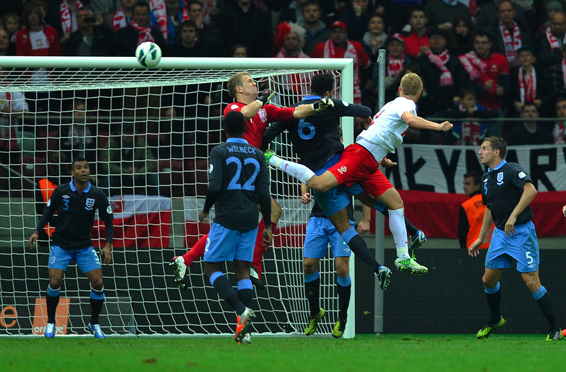 Kamil Glik strzela wyrównującego gola w meczu z Anglią /AFP