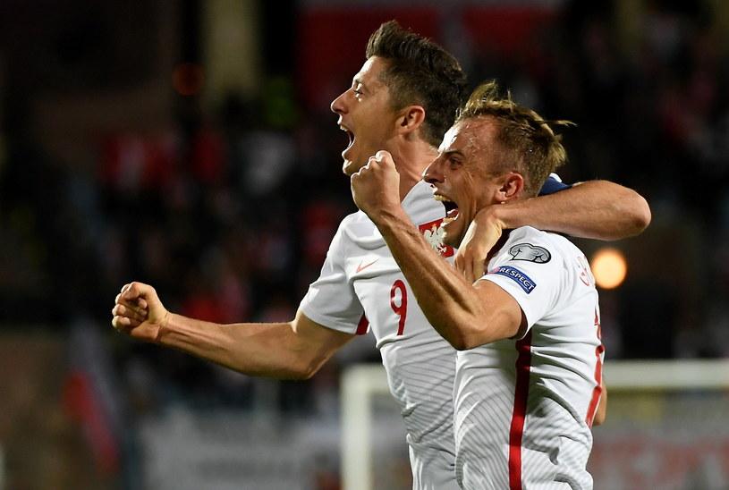 Kamil Grosicki (P) i Robert Lewandowski (L) cieszą się z gola /Bartłomiej Zborowski /PAP
