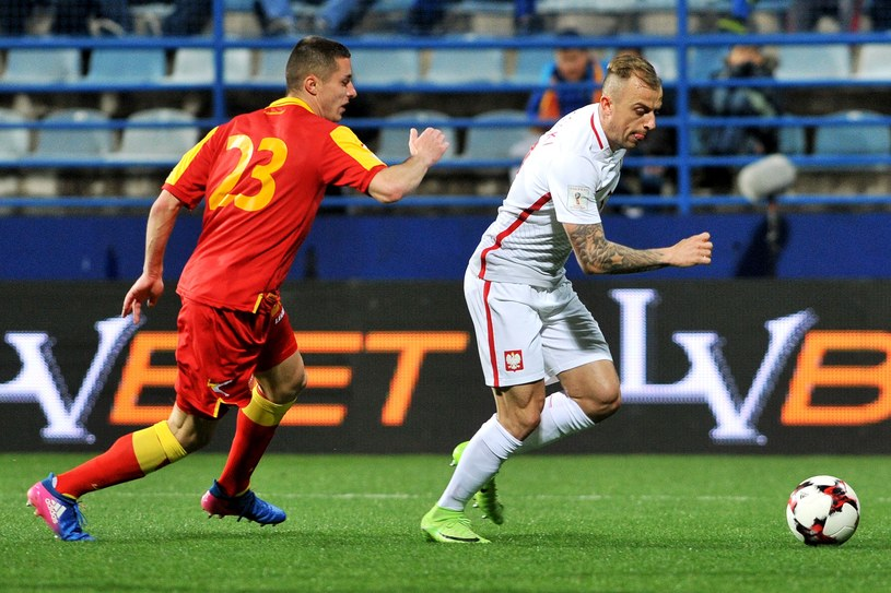 Kamil Grosicki (z prawej) podczas meczu z Czarnogórą /AFP