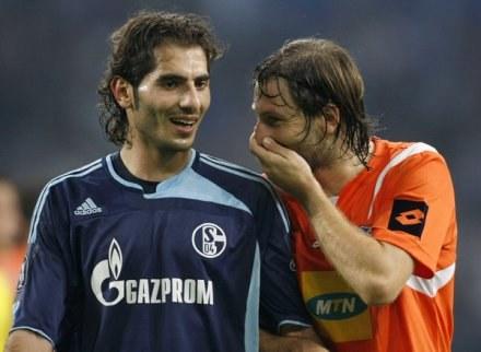 Kamil Kosowski (z lewej) dobrze sobie radzi na Cyprze /AFP