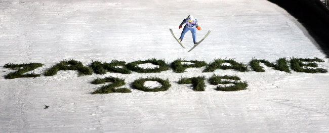 Kamil Stoch podczas konkursu drużynowego Pucharu Świata /Grzegorz Momot /PAP