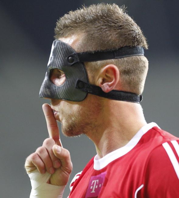 Kamil Wilczek z powodu urazu musi grać w specjalnej masce /Andrzej Grygiel /PAP