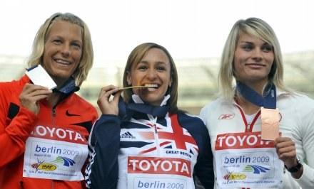 Kamila Chudzik (pierwsza z prawej) z brązowym medalem mistrzostw świata /AFP