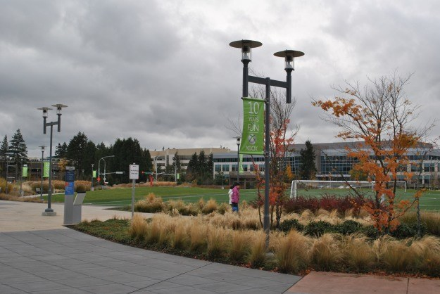Kampus w Redmond nie brakuje boisk, a także centrum handlowego dla 40 tys. pracujących tam osób /INTERIA.PL
