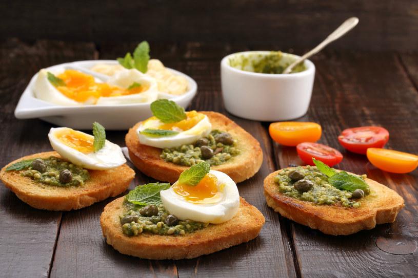 Kanapki z zieloną pastą i jajkiem /©123RF/PICSEL