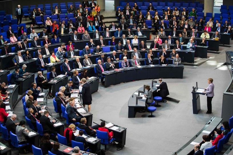 Kanclerz Angela Merkel przemawia w Bundestagu /AFP