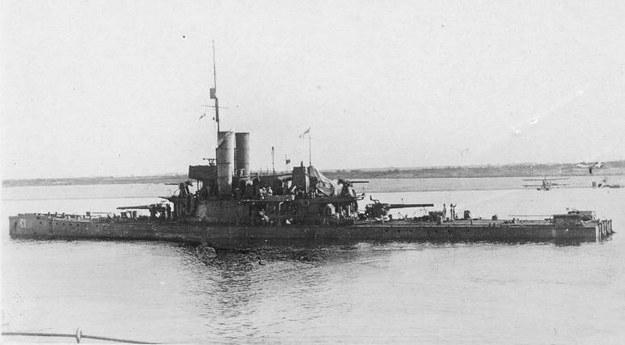 """Kanonierka typu """"Insect"""", HMS """"Cicala"""" na Dwinie. W tle widocze samoloty eskadry rzecznej /archiwum S. Zagórskiego /materiały prasowe"""