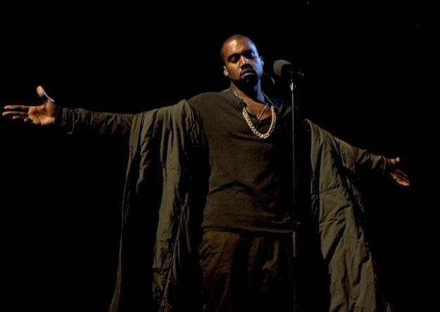 """Kanye West w """"Later With Jools Holland"""" czeka na wyprasowanie dywanu /"""