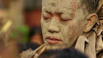 Kąpią się w błocie, by uczcić rocznicę narodzin Jana Chrzciciela. Nietypowa tradycja na Filipinach