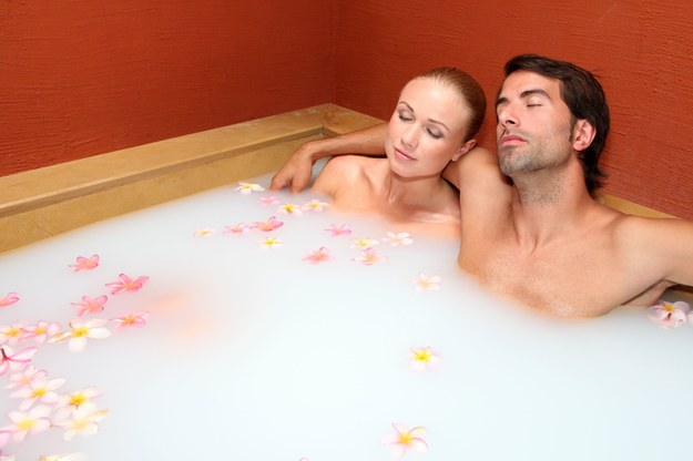 Kąpiel w mleku to relaks i odprężenie /123/RF PICSEL