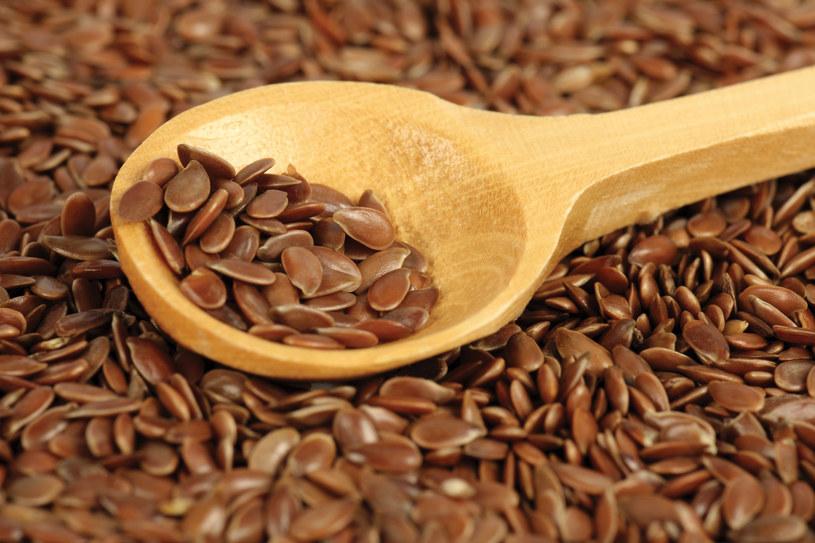 Kąpiel z dodatkiem siemienia lnianego jest skutecznym lekarstwem dla mocno przesuszonej, atopowej skóry. /123RF/PICSEL