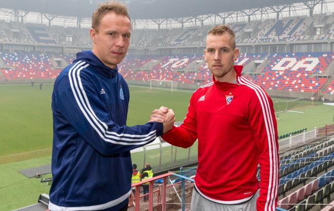 Kapitan Górnika Zabrze Adam Danch (L) i kapitan Ruchu Chorzów Rafał Grodzicki /Andrzej Grygiel /PAP