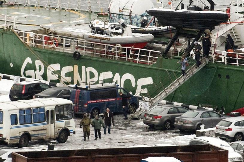 Kapitan Peter Willcox schodzi ze statku wraz ze swoim prawnikiem /AFP