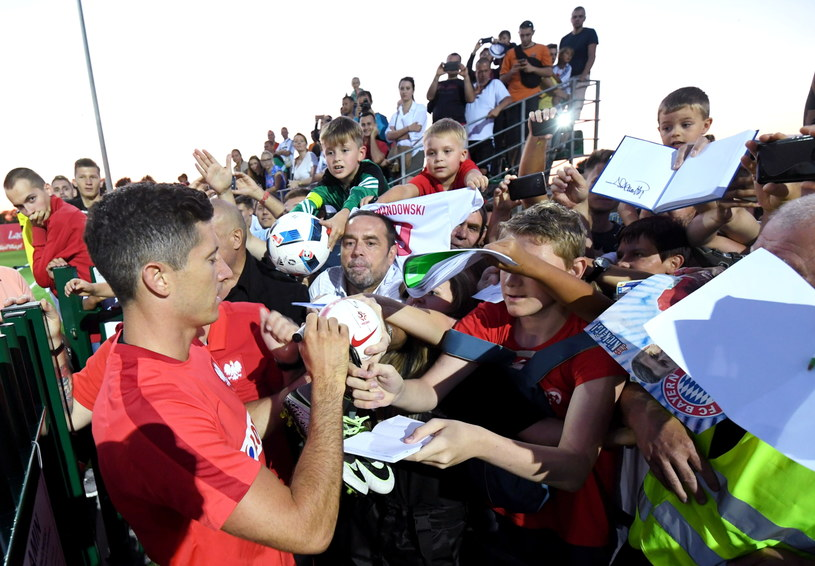 Kapitan reprezentacji Polski Robert Lewandowski rozdaje autografy, po zakończeniu treningu na boisku Mazura Karczew /Bartłomiej Zborowski /PAP