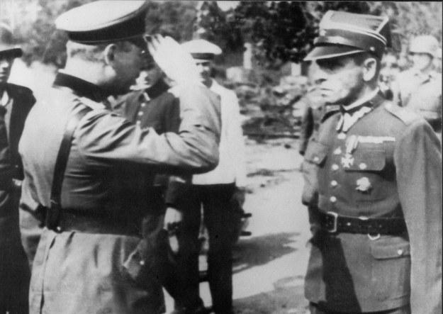 Kapitulacja Westerplatte. Po prawej mjr Henryk Sucharski, któremu salutuje niemiecki oficer /Reprodukcja: FoKa /Agencja FORUM