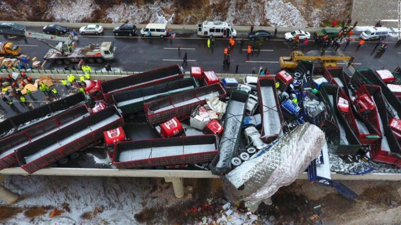 Karambol kilkudziesięciu pojazdów w Chinach /CNN /Twitter
