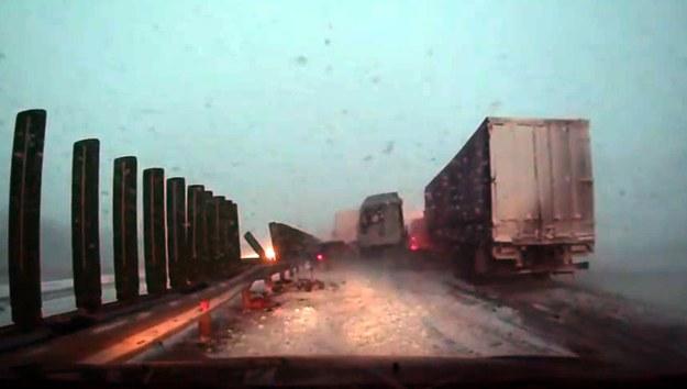 Karambol na zaśnieżonej drodze /
