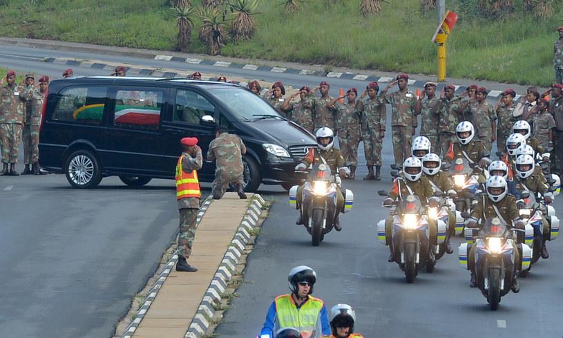 Karawan wiozący trumnę z ciałem Nelsona Mandeli /AFP