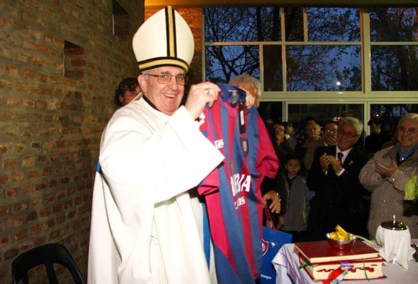 Kardynał Bergoglio z koszulką drużyny San Lorenzo, 24.05.2011 /AFP