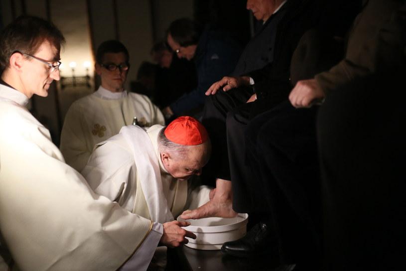 Kardynał Nycz podczas mszy Wieczerzy Pańskiej umył nogi12 starcom /Leszek Szymański /PAP