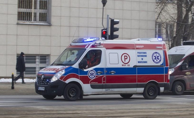 Karetki będą zawsze jeździć z pacjentem na syngale w ramach protestu /Wojciech Olkuśnik /East News