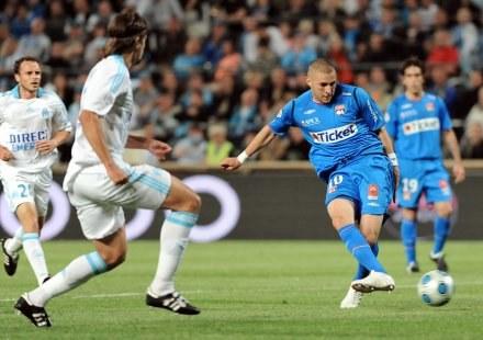 Karim Benzema strzela gola dla OL /AFP
