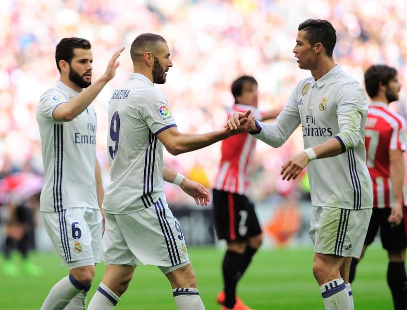 Karim Benzema świętuje z kolegami zdobycie bramki w Bilbao /AFP