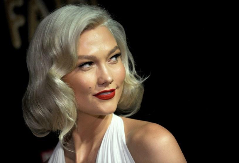 Karlie Kloss wybrała chłodny odcień blondu /East News