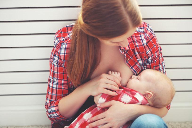 Karmiąc dziecko przekazujemy mu mnóstwo komunikatów /123RF/PICSEL