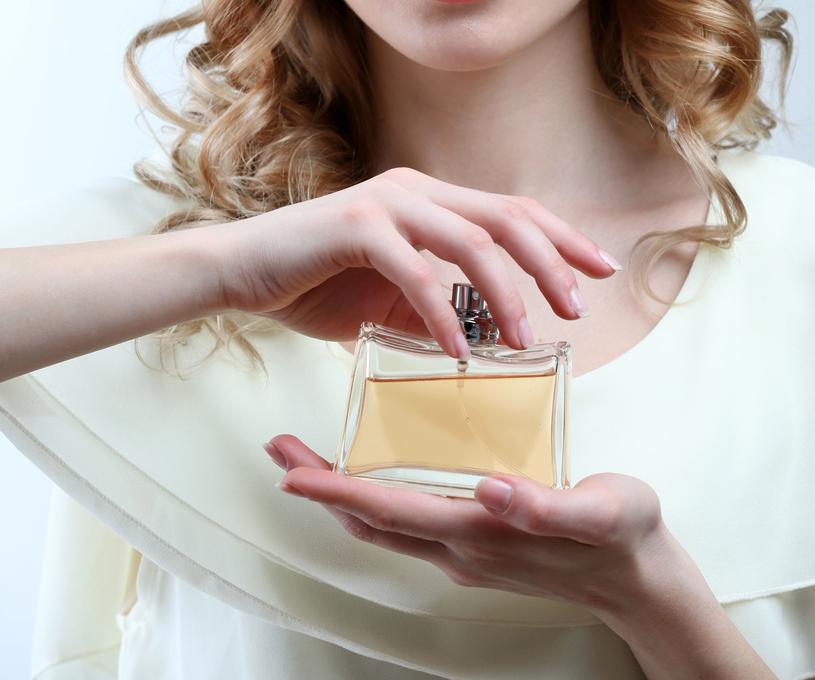 Karnawałowa kreacja wymaga dopełnienia odpowiednimi perfumami /123RF/PICSEL